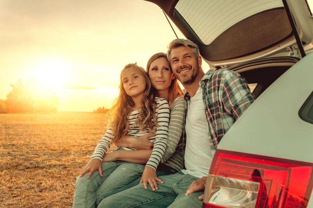 Eine Familie macht Pause im Auto
